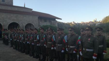 """Почетна рота пред черквата """"Св. 40 мъченици"""" във Велико Търново за честванията на Деня на независимостта."""
