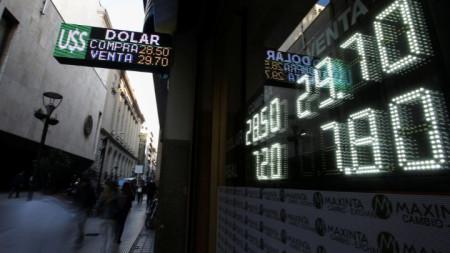 Светлинно табло на обменно бюро в Буенос Айрес показва курса на аржентинското песо към долара в сряда, а днес аржентинската валута продължи да се обезценява.