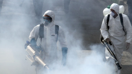 Ирански пожарникари извършват дезинфекция -  Техеран, 13 март 2020 г.