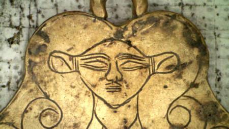Златен медальон с изображение на египетската богиня Хатор.