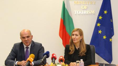 Министърът на труда и социалната политика Бисер Петков и министърът на туризма Николина Ангелкова
