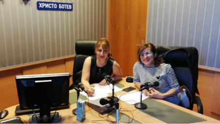 "Мария Мира Христова (вляво) и д-р Сирма Александрова в студиото на програма ""Христо Ботев"""