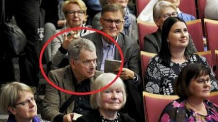 Президентът на Финландия,  седнал на стълбите без охрана