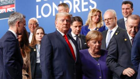 Доналд Тръмп и Ангела Меркел (в центъра) на срещата на върха на НАТО в Лондон