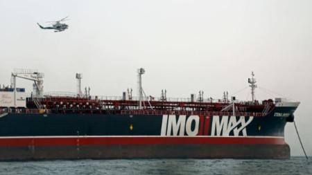 Хеликоптер на Иранската революционна гвардия кръжи на задържания танкер