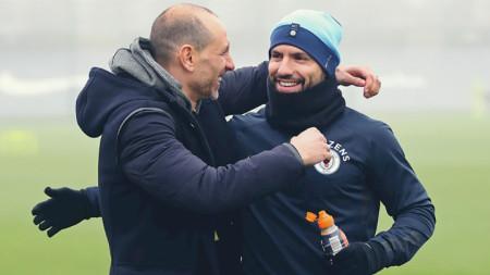 Мартин Петров се поздравява с Агуеро.