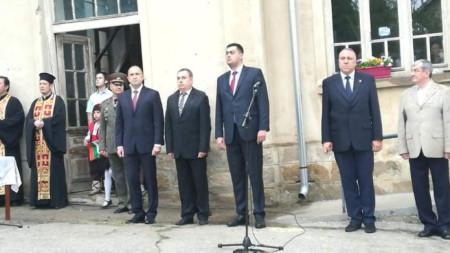 Държавният глава Румен Радев посети село Руня, където ще участва в церемонията по откриване и освещаване на паметника на загиналите жители на селото във войните на България.