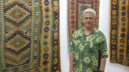 Холандецът Якоб ван Бейлен, който живее във Велико Търново, има колекция от 230 старинни килими.