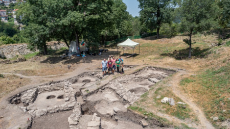 Екипът, който работи на крепостта   Трапезица