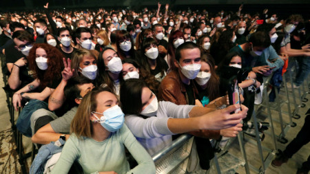 Около 5000 души се събраха на първия мащабен концерт на закрито в Барселона.
