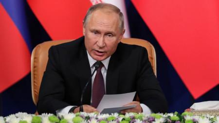 Руският президент Владимир Путин говори след срещата с колегите си от Иран и Турция в Техеран.