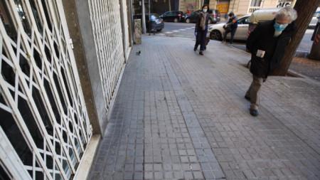 Хора преминават през район в центъра на Барселона, където по-рано днес бе открит убит бездомен.