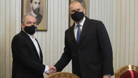 """Румен Радев и Тошко Йорданов в началото на консултациите на президента с """"Има такъв народ""""."""