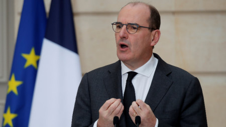 Френският премиер Жан Кастекс говори на брифинг след дискусиите по законопроекта в Елисейския дворец, Париж, 9 декември 2020 г.