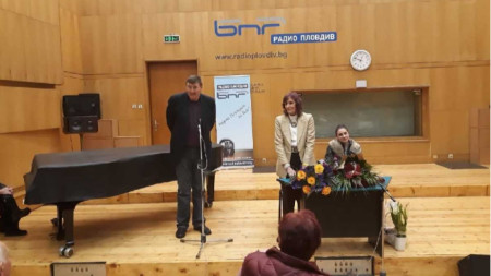 Пенка Стоянова (в средата) има нужда от помощ.
