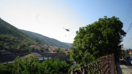 """Хеликоптер Ми-17 от авиобаза """"Крумово"""" се включи в гасенето на пожара край Сухото езеро в Рила."""