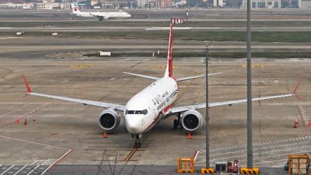 Боинг 737 Макс 8 на летището в Шанхай, Китай.