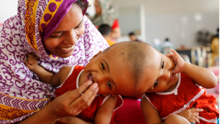 Близначките Рабея и Рокея Ислам с майка си през юли 2017 г.