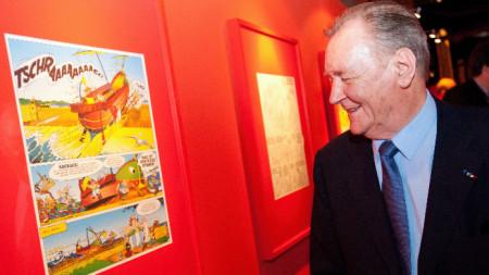 Френският карикатурист Албер Юдерзо гледа изложба за Астерикс през 2012 г. в Германия.