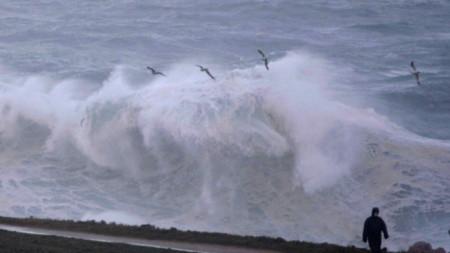 Големи вълни се разбиват на брега в Ла Коруня, Испания, 28 декември 2020 г. В областта е в сила червен код заради бурята Бела.