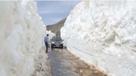 Дебелата снежна покривка е на височина над 2000 метра.