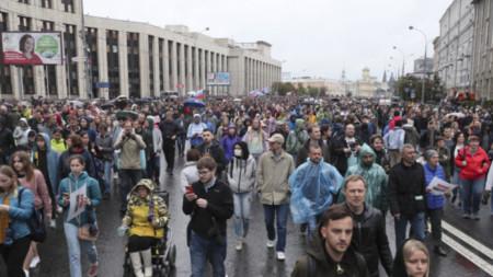 Днешният протест е разрешен от властите за разлика от предишните два, когато бяха арестувани стотици демонстранти, а полицията използва силови методи, за да ги разпръсва