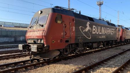 Късно снощи бяха изтеглени трите цистерни с пропан-бутан от дерайлиралия влак в Пловдив, а локомотивите бяха изправени. Днес продължават огледите. Движението на влаковете е възстановено.