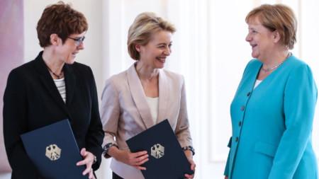 Ангела Меркел е доволна, че Урсула фон дер Лайен (в средата) поема в Брюксел Европейската комисия, а в Берлин Анегрет Крамп-Каренбауер (вляво) влиза в кабинета ѝ като министър на отбраната.