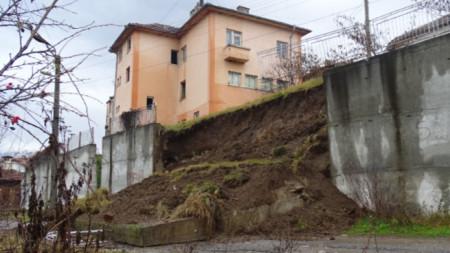 След като част от стената в центъра на с. Пороминово се срути, кметството, здравната служба и аптеката в сградата отгоре са евакуирани