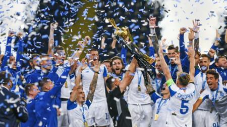 Футболистите на Динамо празнуват с трофея.