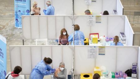 Имунизация срещу Covid-19 във ваксинационен център в Жирона, Каталуния, 19 април 2021.