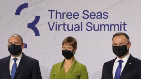"""Държавният глава е в Талин, където участва в срещата на върха на инициативата """"Три морета"""". На снимката е с президентите на Естония и Полша."""