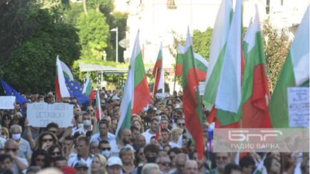 Гора  от знамена поведе протеста срещу управлението на страната - шести ден