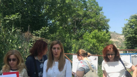 Министър Ангелкова съобщи, че Министерството на туризма е сезирало община Аксаково, която да направи нужните инспекции и да установи дали оградата е законна.