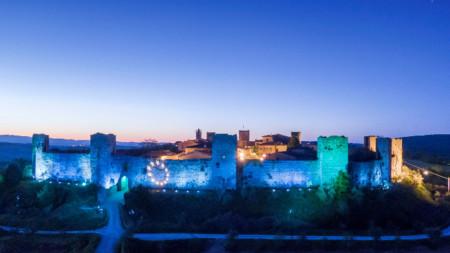 Замъкът Монтериджони в Тоскана, с цветовете на знамето на ЕС за Деня на Европа