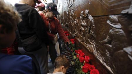 Хора поставят рози на тунела към кулите близнаци в Ню Йорк, сринати при атентатите на 11 септември, на 20-годишнината от терористичната атака.