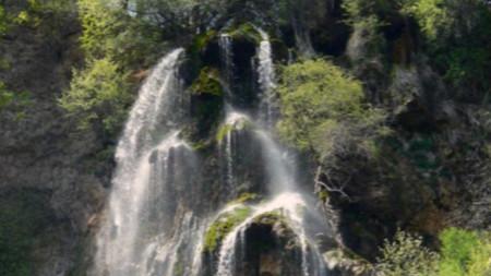 Скакавишкият водопад е посещаван през всички сезони.