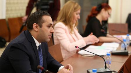 Комисията по икономическа политика и туризъм изслуша Емил Караниколов и Николина Ангелкова във връзка с извънредното положение в страната и неговото отражение върху икономиката и туризма.