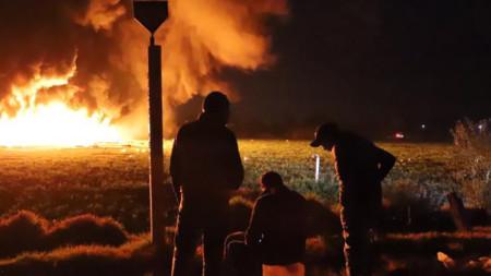 Хора гледат пожара след експлозията на тръбопровода за гориво на мексиканската компания