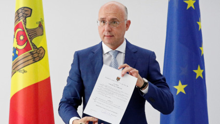 Изпълняващият длъжността президент на Молдова Павел Филип показва указа, с който разпуска парламента и насрочва избори на 6 септември.