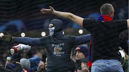 Фенове на ЦСКА нахлуха на терена след мача.