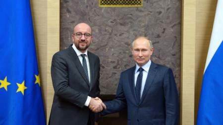 Председателят на ЕС Шарл Мишел (вляво) и руският президент Владимир Путин по време на среща в резиденция
