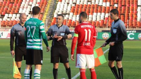 Волен Чинков (в средата) ще свири мач в Андора.