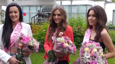 Мария Петрова- Царица роза на Казанлък за 2020 (в средата), заедно със своите подгласнички.