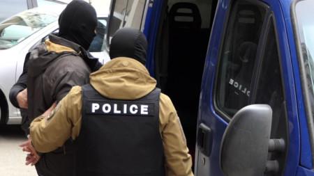 МВР разпространи снимки от задържането на висшите полицаи в София.