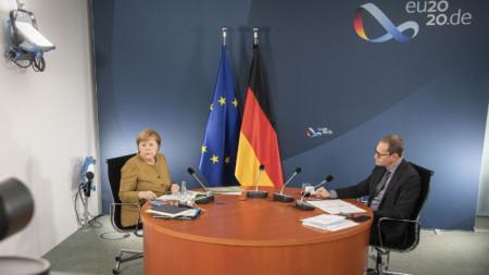 Ангела Меркел и кметът на Берлин Михаел Мюлер в началото на видеоконферентната връзка с премиерите на провинциите.