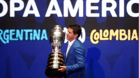 Бившата звезда на Бразилия Жуниньо внася купата по време на жребия.