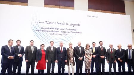"""""""Семейна"""" снимка от министерската среща в Солун."""