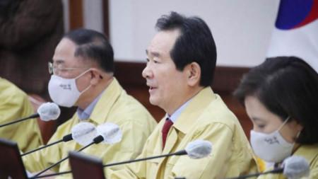 Чунг Сю-кюн (в средата), премиер на Южна Корея
