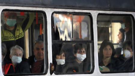 Пътници в трамвай в Букурещ.